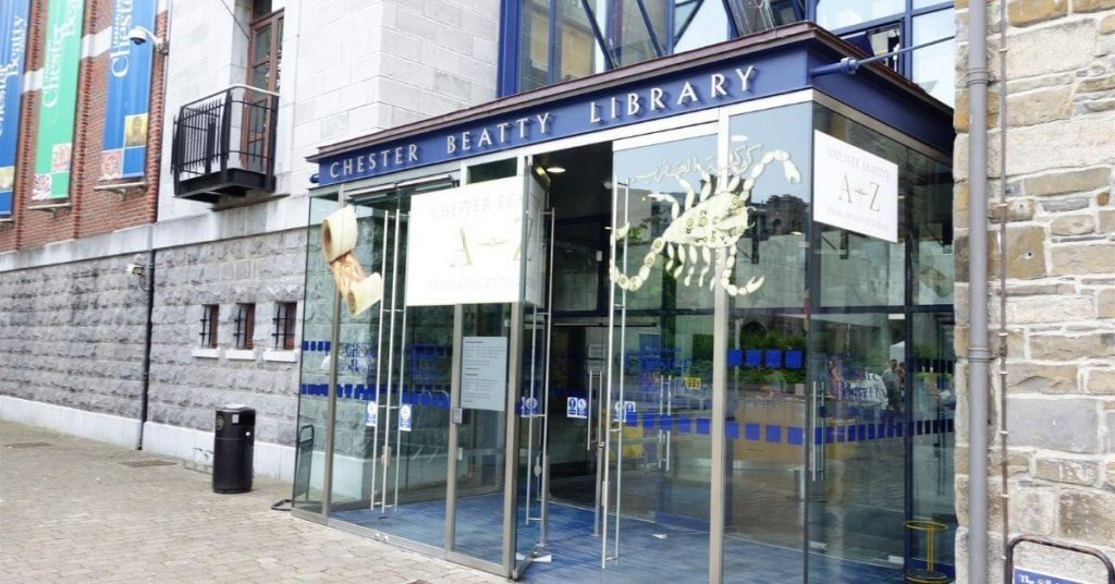 Der Haupteingang zur Chester Beatty Library in Dublin, Irland