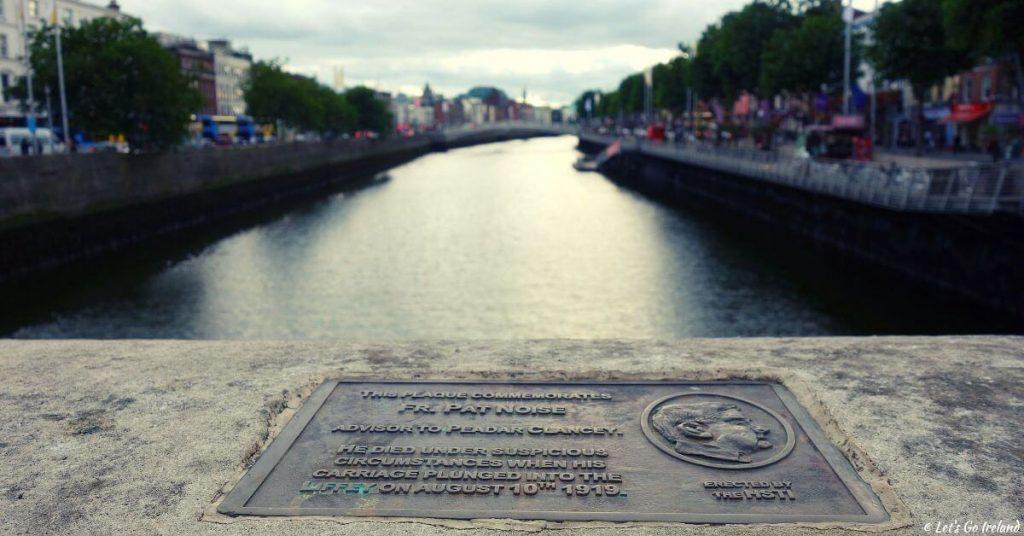 Die Father Pat Noise Gedenktafel auf der O'Connell Bridge, Dublin, Irland
