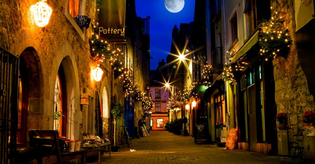 Kerwan's Lane in der Nacht in Galway, Irland
