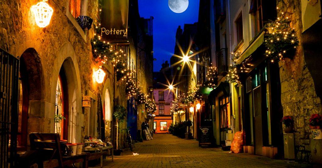 Kerwan's Lane in der Nacht in Galway, Irland