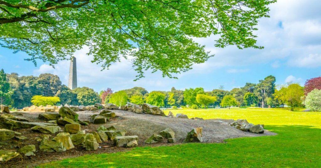 Der Phoenix Park mit dem Wellington Monument im Hintergrund, Dublin, Irland