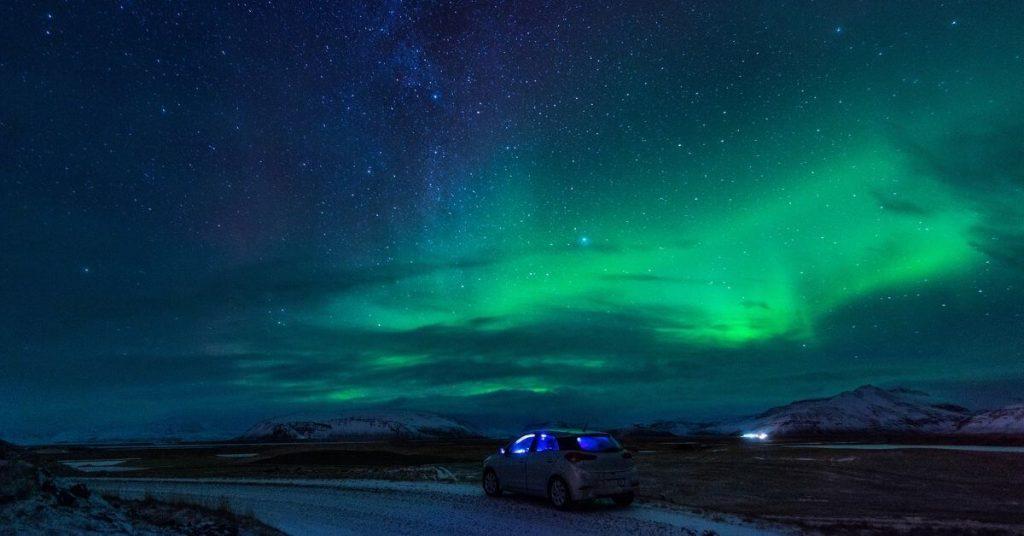 Polarlichter und Auto