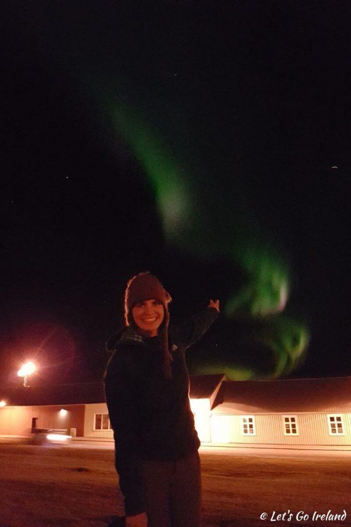 Emer mit Polarlichtern und Lichtverschmutzung