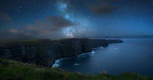 Sterne in der Nacht und die Cliffs of Moher in Irland