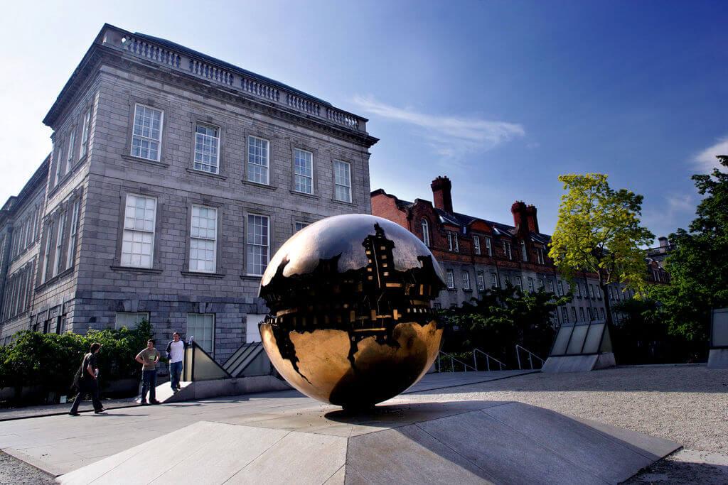 Pomodoro Sculpture im Trinity College Dublin